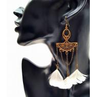 Bronzen oorbellen met witte veren